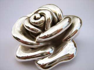 Srebrna róża pusta w środku wykonana metodą elctroformingu